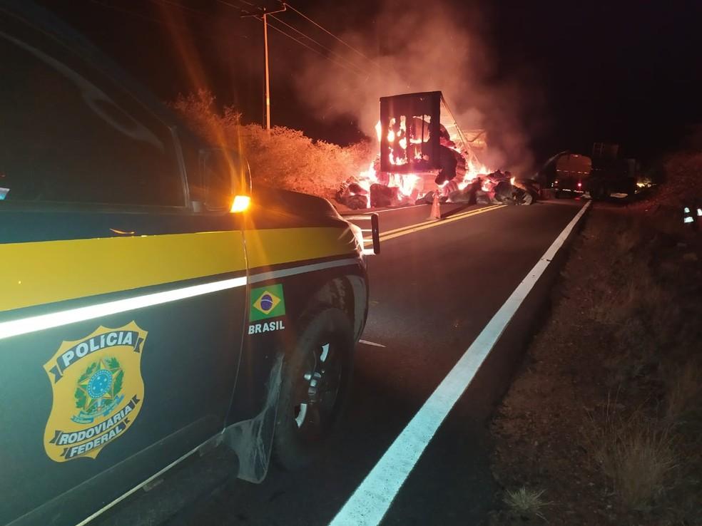 Veículos pegam fogo e carga de algodão é destruída na BR-135