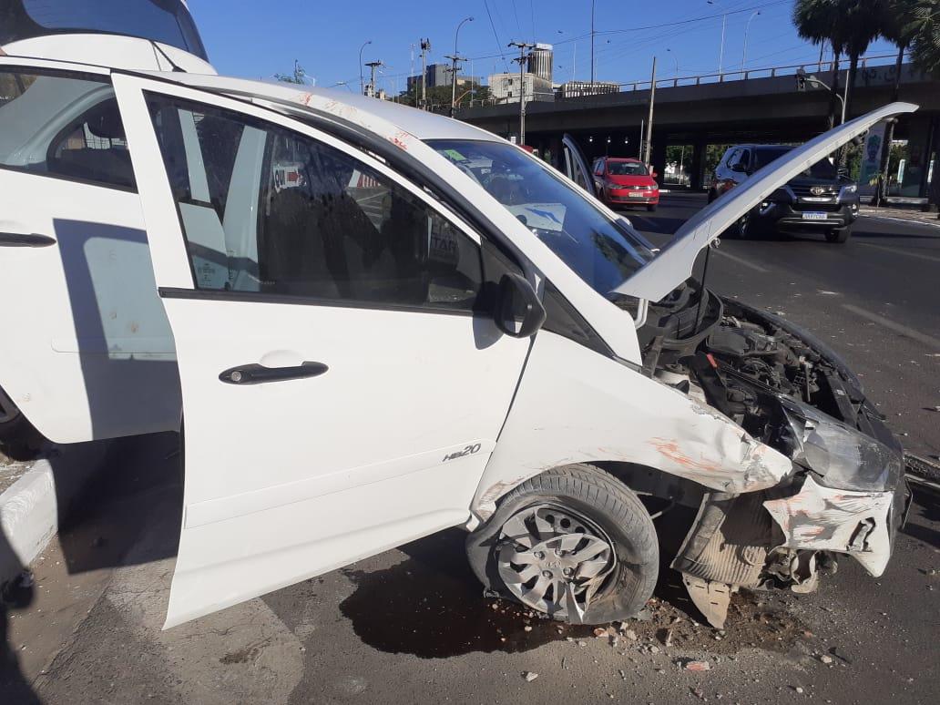Carro colide contra mureta de hospital na Avenida Marechal Castelo Branco