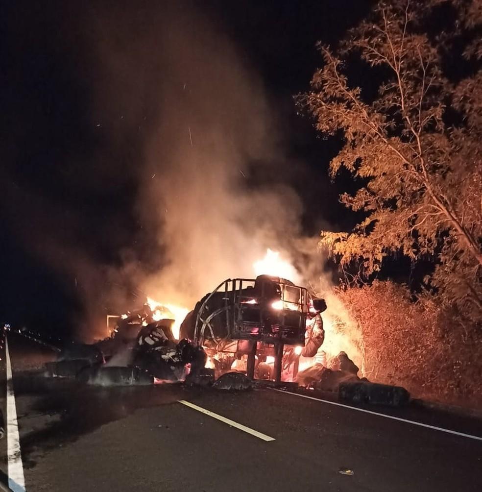 Caminhão carregado com algodão pega fogo na madrugada na BR-230