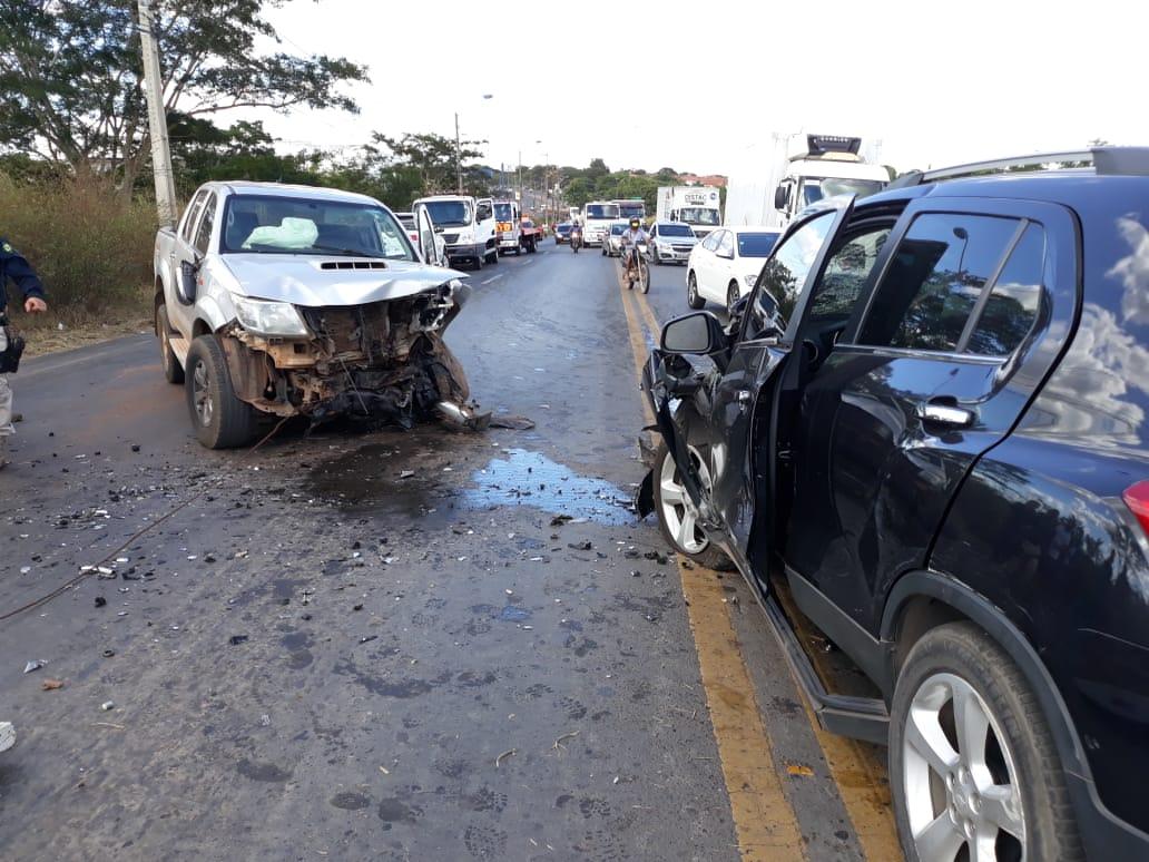 Dois motoristas ficam feridos em acidente na BR-343