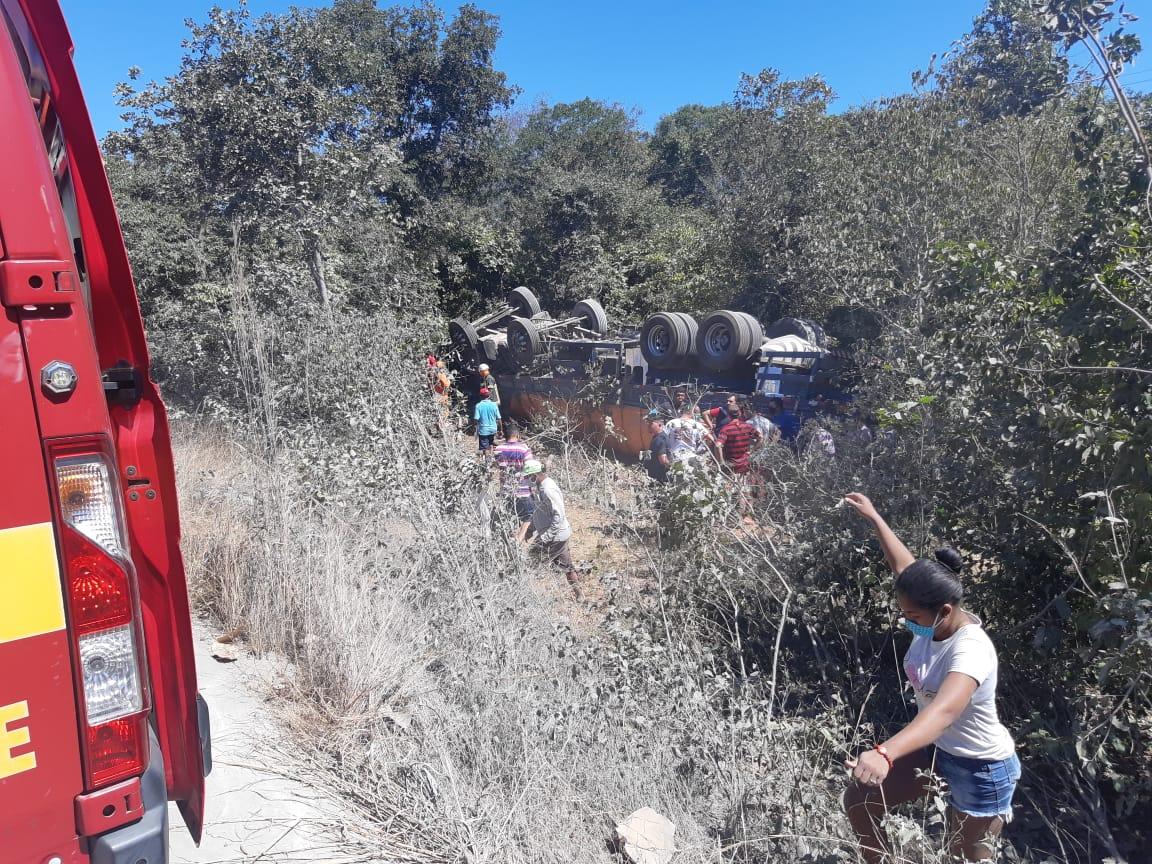 Motorista de caminhão morre após capotamento na BR-343