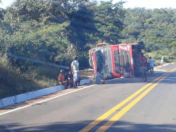 Caminhão carregado de soja tomba na BR-135, em Bom Jesus