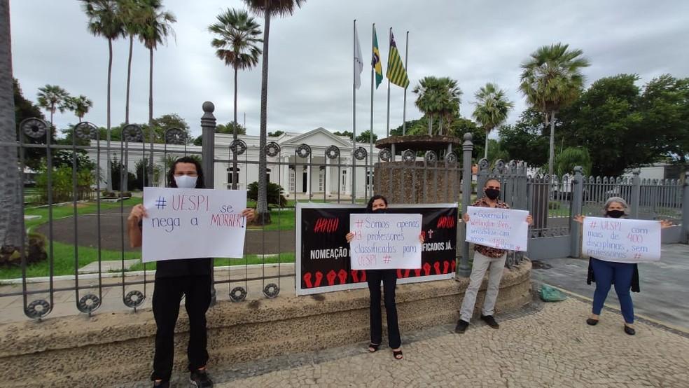 Professores aprovados em concurso da Uespi reivindicam nomeação durante manifestação