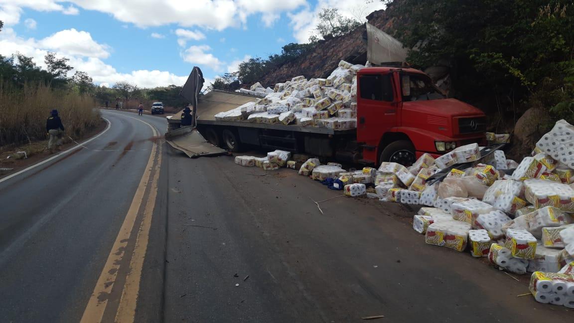 Homem morre em acidente com caminhão na BR-135