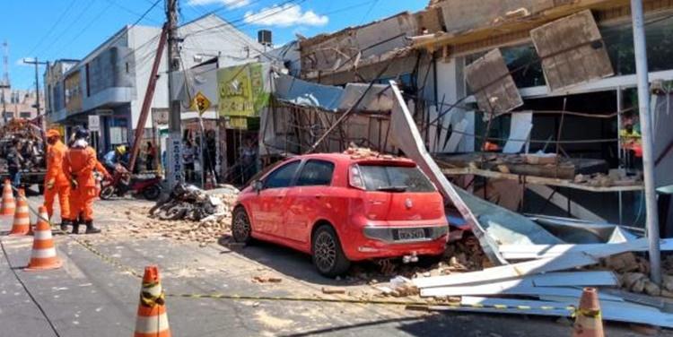 Fachadas de lojas desabam e assustam clientes e moradores de Floriano
