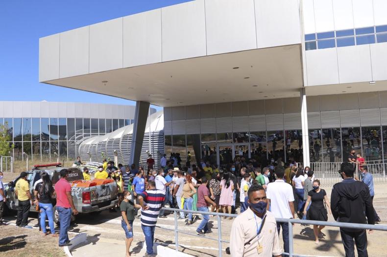Presidente Jair Bolsonaro é recebido por apoiadores em São Raimundo Nonato