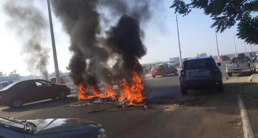 Moradores bloqueiam avenida em protesto contra cortes de ligação clandestina na energia