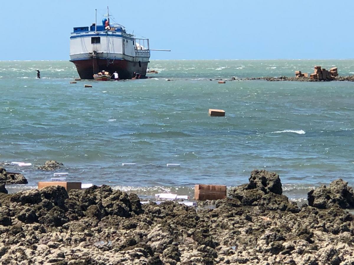 Embarcação com cigarro contrabandeado encalha em praia no Piauí