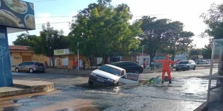 Carro cai em buraco que teria se formado por causa de vazamento