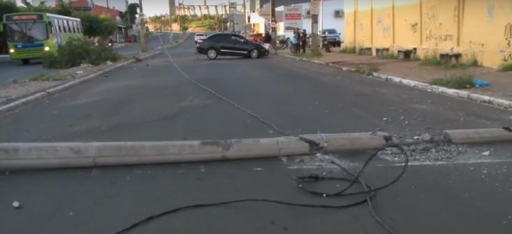 Motorista 'cochila' e colide com poste na avenida Barão de Castelo Branco