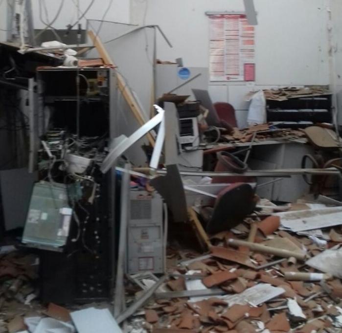 Quadrilha explode caixa eletrônico e polícia impede roubo de dinheiro
