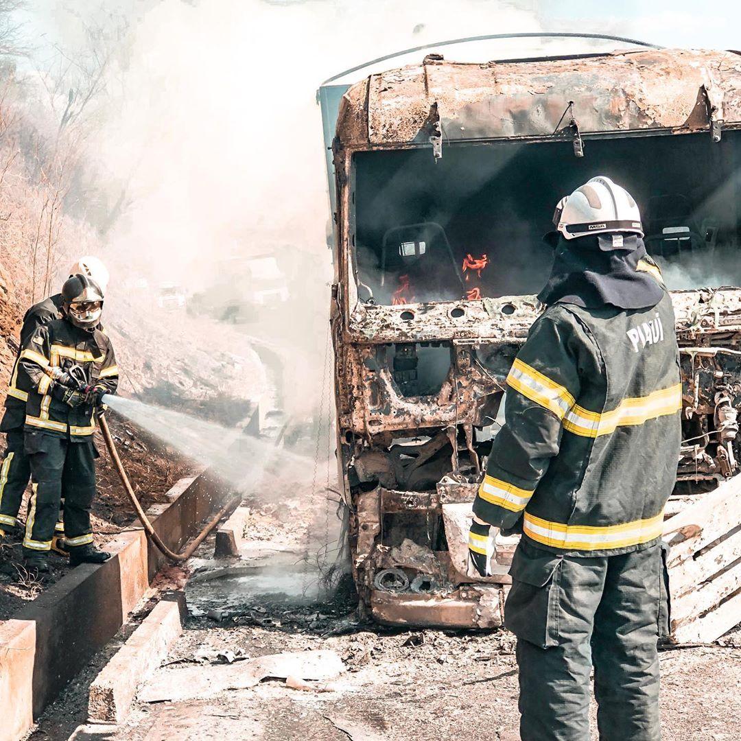 Carreta com carga de fertilizantes pega fogo na BR-316, em Picos