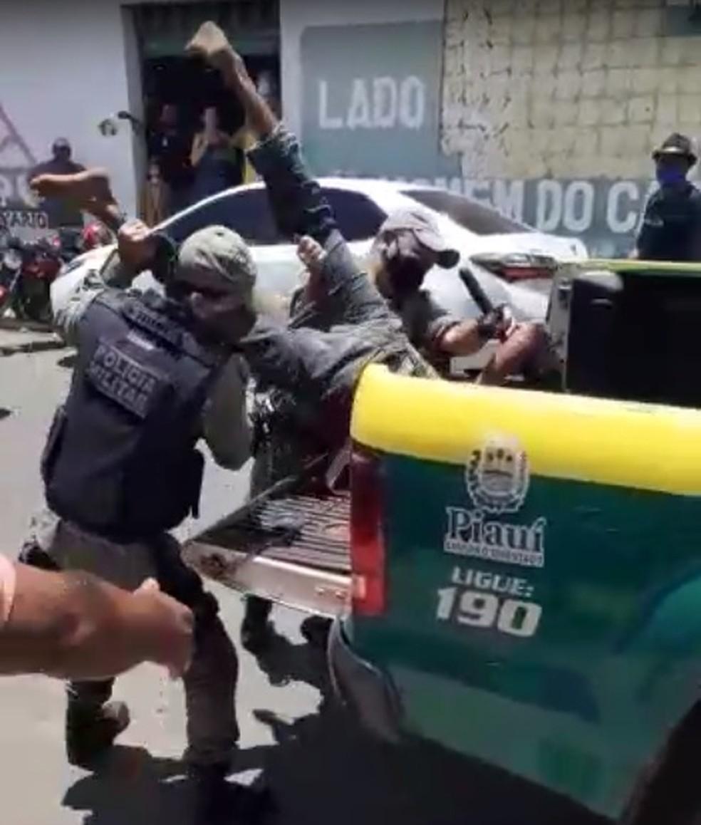 Vídeo mostra suspeito de roubo sendo arremessado em viatura no Piauí