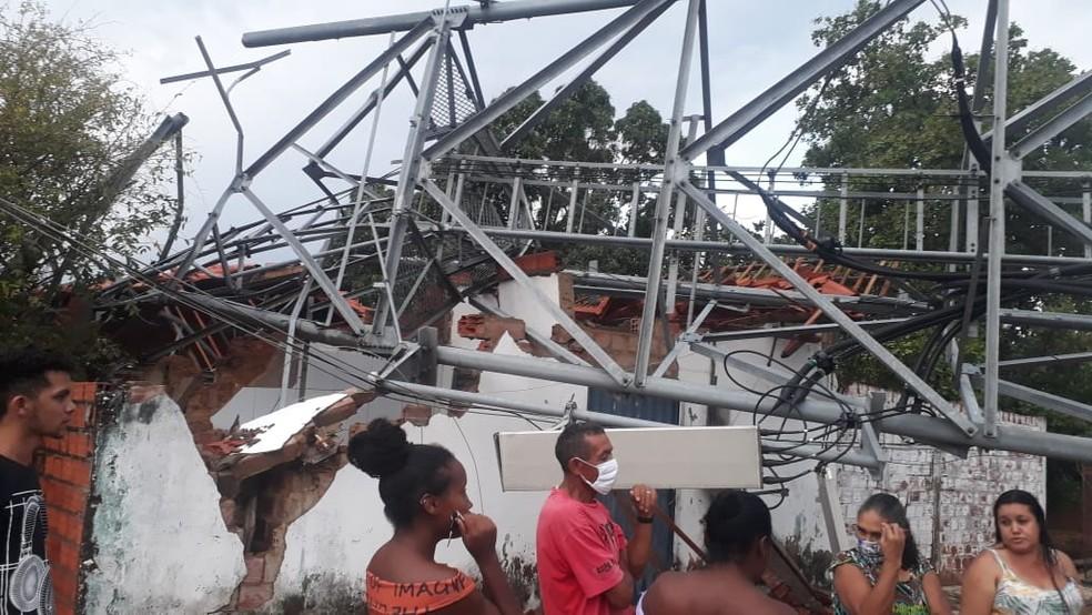 Torre de telefonia cai e atinge duas casas durante forte chuva em Palmeirais