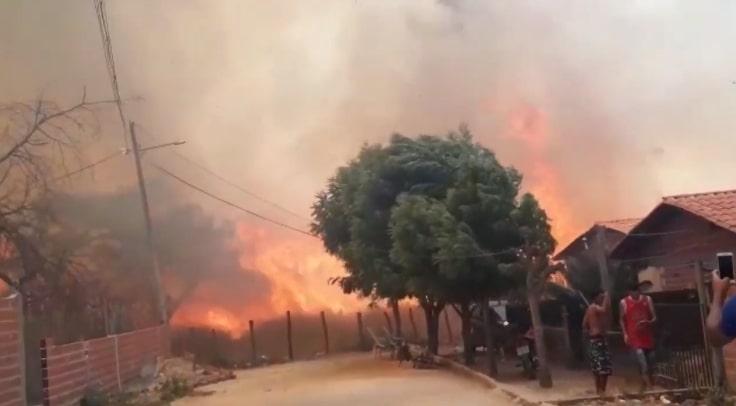 Incêndio próximo a posto de combustível assusta moradores em Angical
