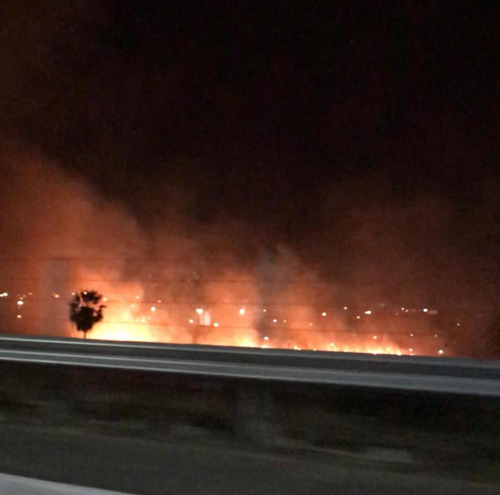 Incêndio de grandes proporções assusta moradores nas proximidades da Ponte Anselmo Dias