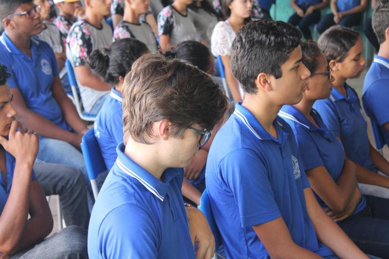 Salários de R$864 e sobrecarga de trabalho desmotiva professores no sul do Piauí