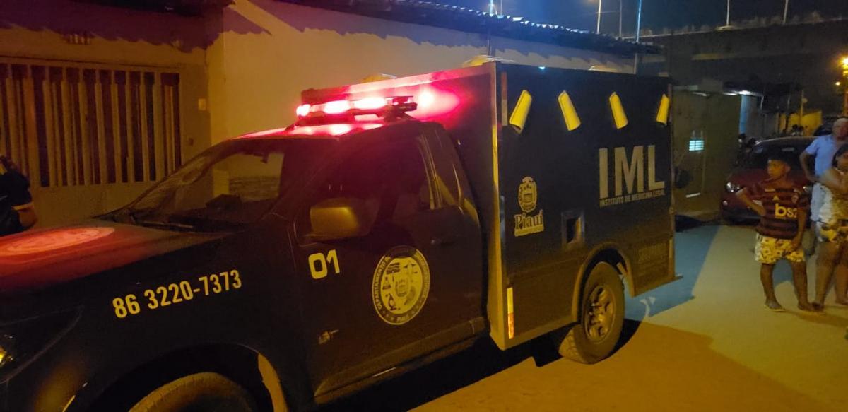Jovem é executado na frente da casa da namorada em Teresina