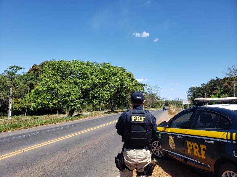 Motorista fica preso às ferragens depois de tombar caminhão na BR 316