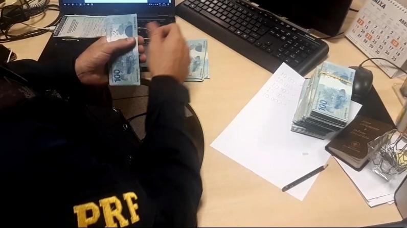 Homem é preso com mais de R$ 50 mil em fundo falso de carro na BR-343
