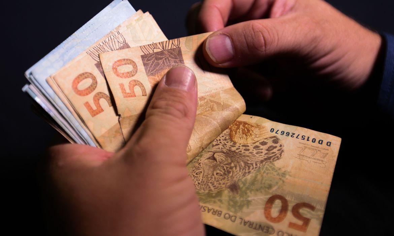 Levantamento aponta que número de famílias endividadas caiu em outubro, segundo CNC