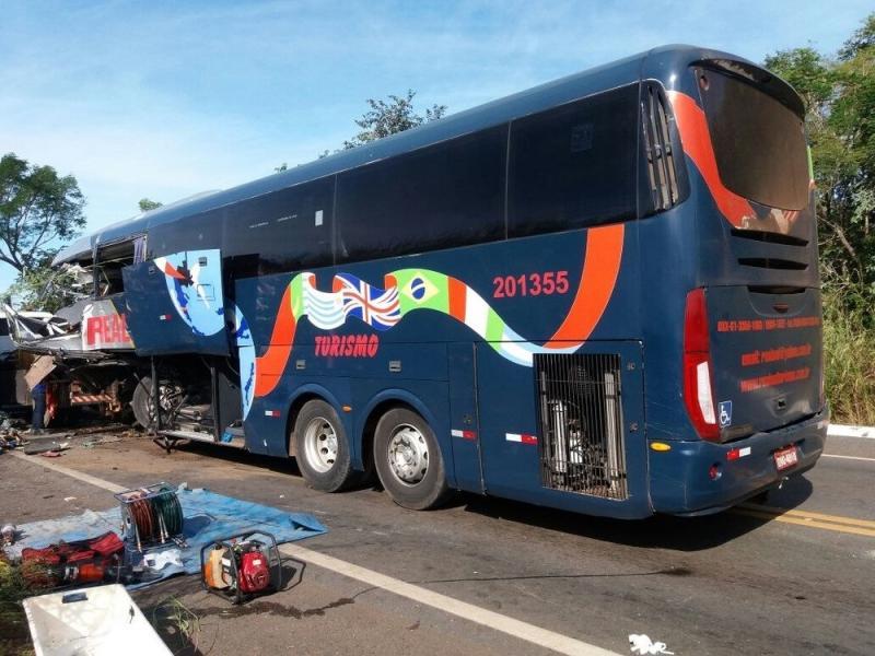Ônibus que saiu do Piauí colidiu com carreta e deixou quatro mortos na BR-135