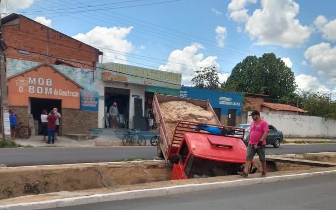 Caminhão cai dentro da galeria do bairro Mocambinho