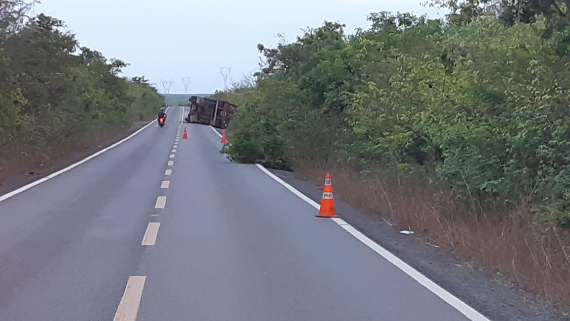 Luís Correia: Carreta tomba na BR-402 e deixa rodovia parcialmente interditada