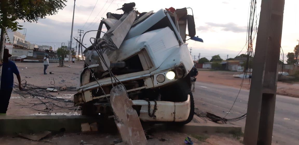 Caminhão colide contra dois postes na BR-343 em Teresina