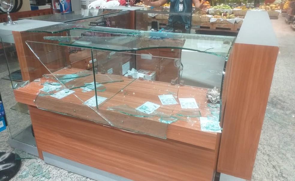 Criminosos invadem supermercado e tentam roubar celulares em Teresina