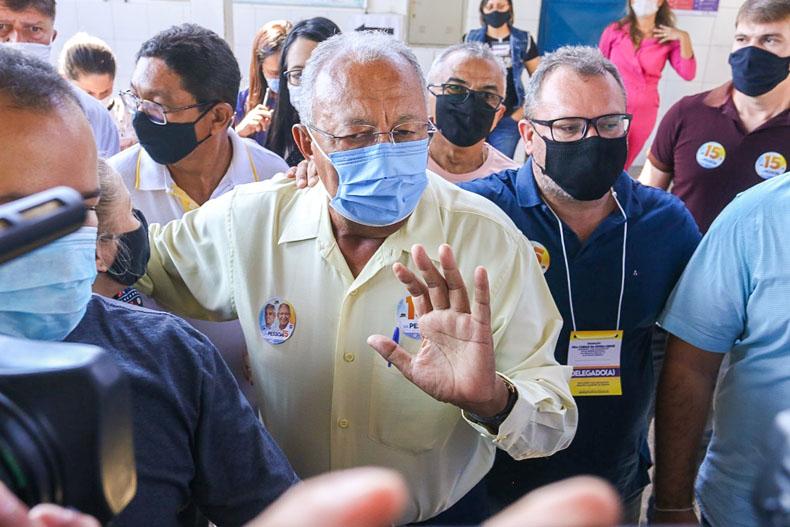 Dr. Pessoa vota pela manhã e fala em reunião com equipe de transição