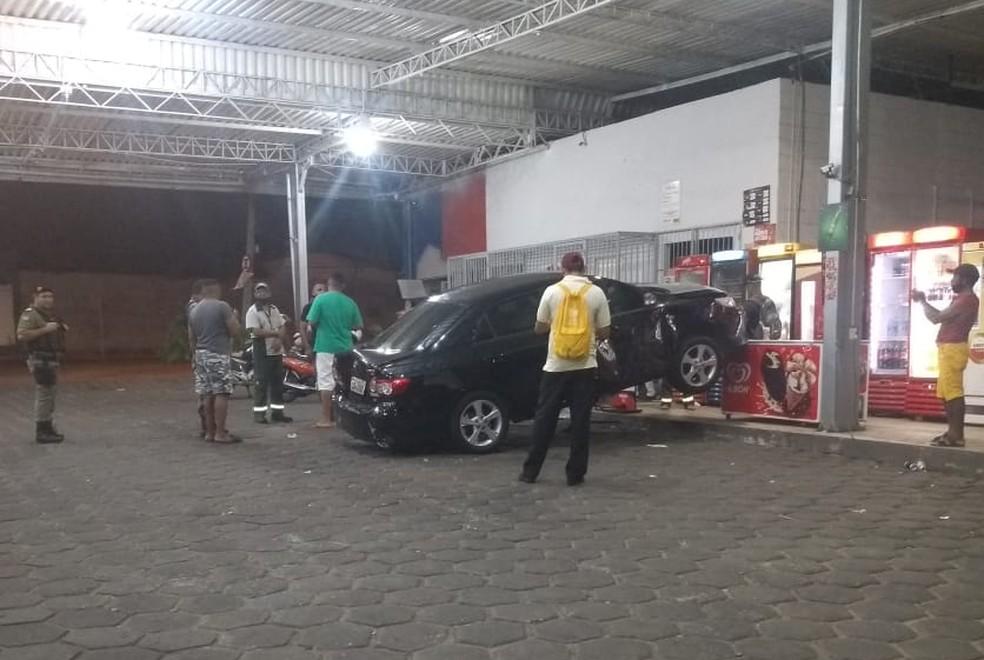Motorista invade posto de gasolina com o carro em Teresina