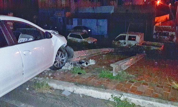 Motorista de Uber colide carro em três postes em Teresina