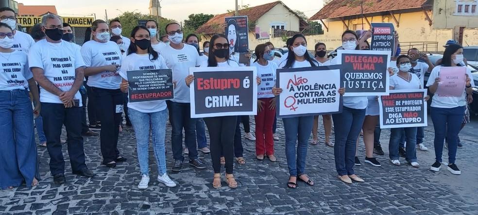 Amigos e familiares fazem protesto pedindo justiça por mulher estuprada em hospital de Teresina