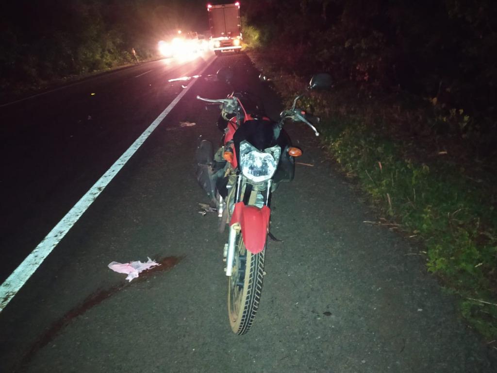 Motociclista atropela pedestre e acaba sendo esmagado por caminhão durante acidente em Floriano