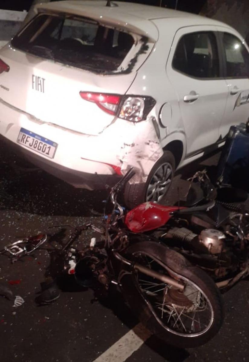 Entregador fica gravemente ferido após se chocar contra carro em Teresina
