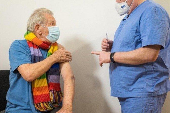 Ian McKellen é o primeiro astro do cinema a se vacinar contra covid-19