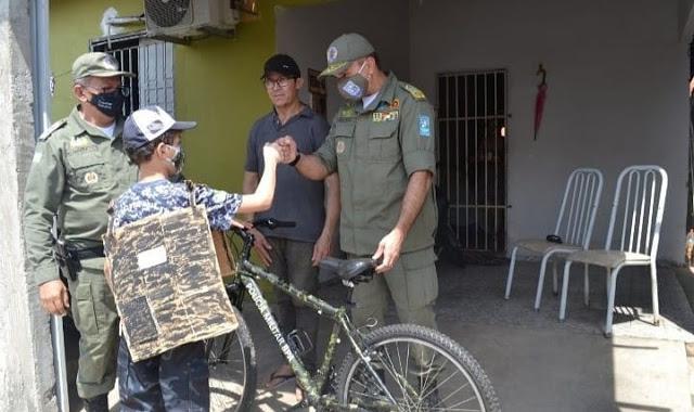 Polícia Militar surpreende criança com bicicleta na zona sudeste de Teresina
