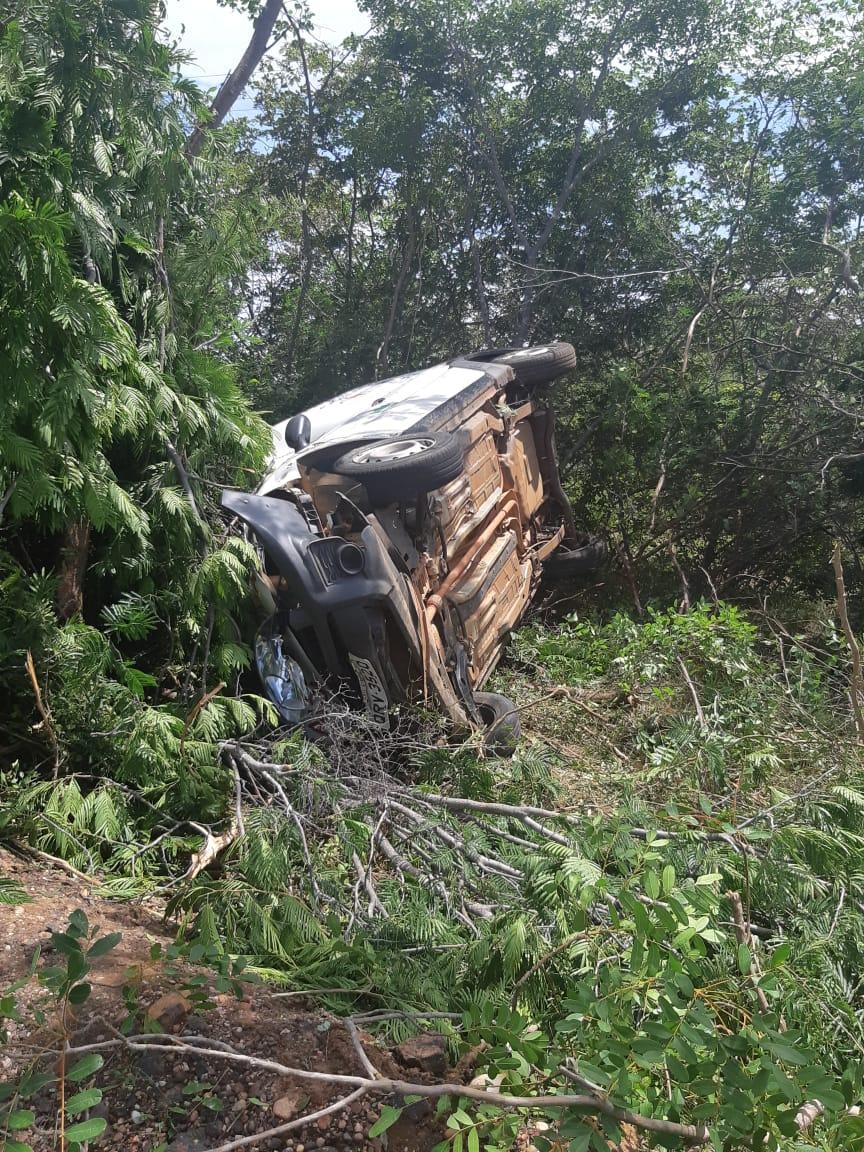Ambulância tomba e motorista fica ferido na BR-135 no Piauí