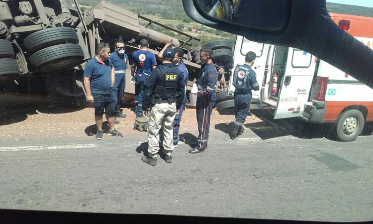 Caminhão Baú Frigorífico tomba em Picos