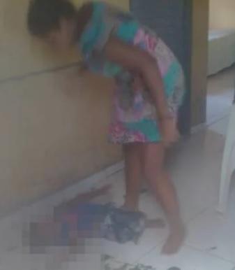 Mulher é flagrada espancando criança em cidade do Piauí; Veja o vídeo!