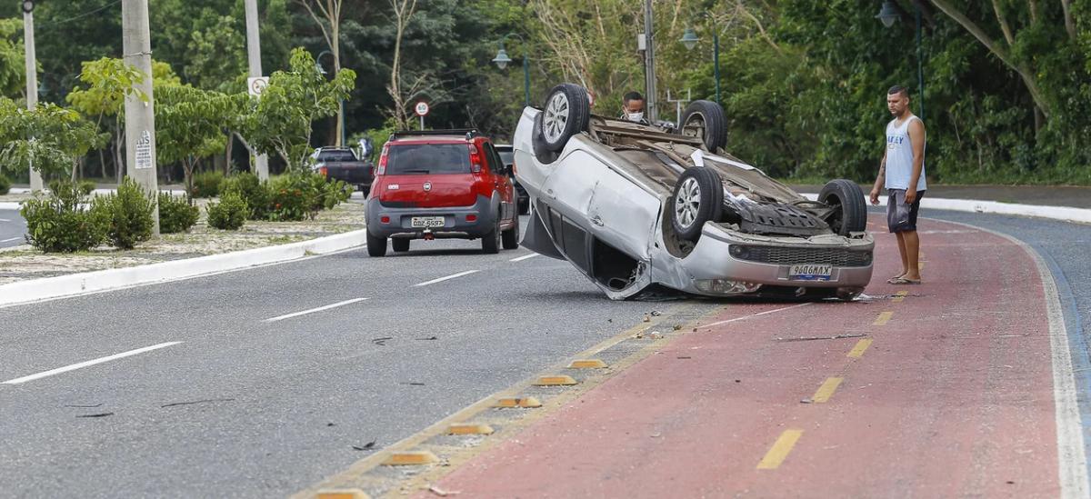 Motorista fica ferido ao perder controle do veículo e capotar na Avenida Raul Lopes
