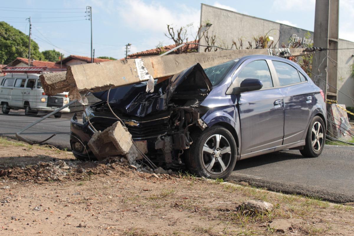 Motorista colide derruba poste na Avenida Aquiles Wall Ferraz