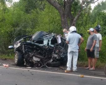 Colisão entre caminhão e carro passeio deixa dois mortos na BR-316 em Timon