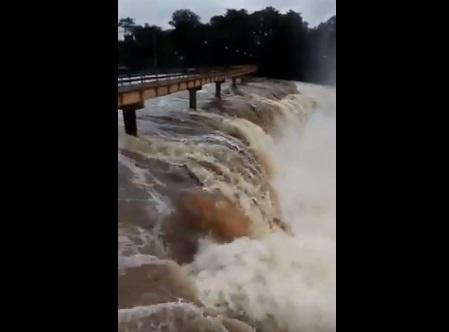 Chuvas provocam enxurrada e espetáculo da natureza na Cachoeira do Urubu