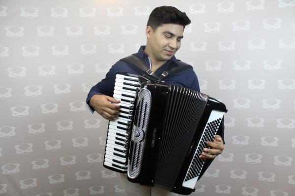A música na veia: conheça Daniel Leal, uma das atrações do Cidade Junina